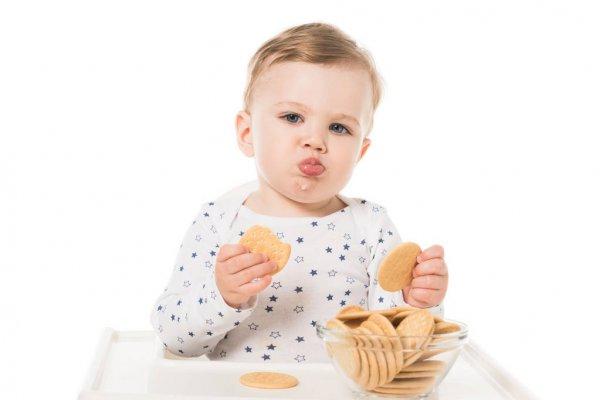 Bebê comendo biscoito